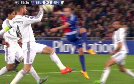 El momento en que Sergio Ramos da el bal�n con la mano