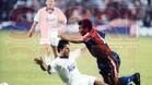 Alkorta derriba a Romário en el clásico de la temporada 93-94 ante la mirada de Prosinecki.
