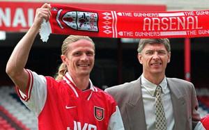 Petit y Wenger en su etapa juntos en el Arsenal.