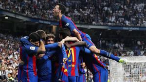 Los jugadores del Barça celebran uno de sus goles en el clásico frente al Real Madrid en el Santiago Bernabéu de la Liga 2016/17