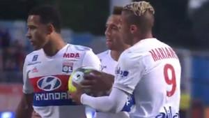 Depay y Mariano se enzarzaron por un penalti