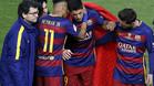GRA332. MADRID, 22/05/2016.- Los delanteros del FC Barcelona Neymar,iz., y Leo Mesi,d., consuelan a su compa�ero Lu�s Suarez que se tuvo que retirar lesionado durante la final de la Copa del Rey que Sevilla y FC Barcelona disputan esta noche en el estadio Vicente Calder�n, en Madrid. EFE/Chema Moya