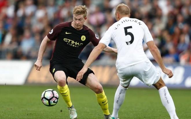 De Bruyne trata de desbordar a Van der Hoorn en el Swansea-Manchester City del pasado s�bado