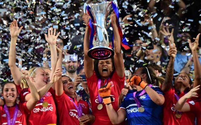 Las jugadoras del Lyon, alzando la tercera Champions de la historia del club