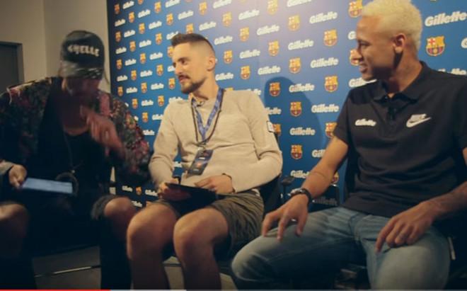Neymar, junto a los entrevistadores