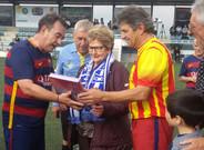 Paco G�mez (izquierda) y Joan Casassas (derecha), con la viuda de Joan Roma