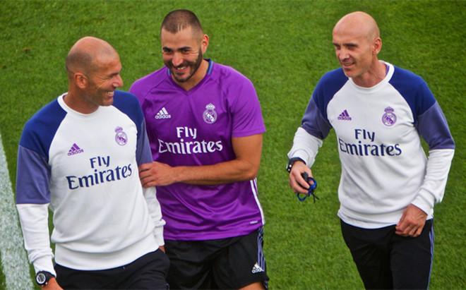 El t�cnico del Real Madrid, Zinedine Zidane (izquierda), bromea con Karim Benzema (centro) y su asistente David Bettoni