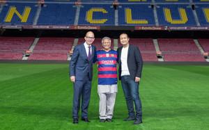 Jordi Cardoner, Muhammad Yunus y Dídac Lee, este martes en el Camp Nou