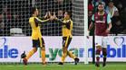 Las renovaciones de Özil y Alexis no están siendo sencillas