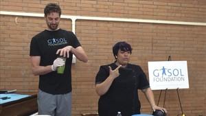 Gasol prepara un zumo en el evento de su Fundación