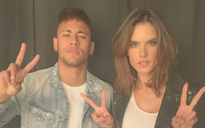 Neymar ha publicado una imagen del rodaje con Alessandra Ambrosio
