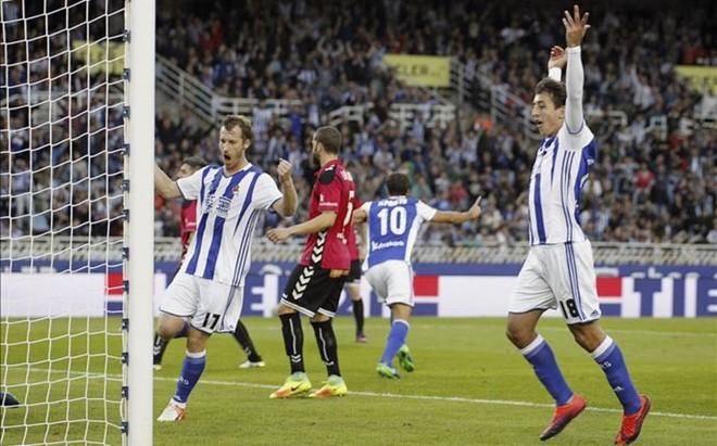 Oyarzabal y Zurutuza celebran el tanto con el que Xabi Prieto abri� la goleada de la Real Sociedad