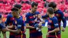 Sergio Busquets llev� por primera vez al Camp Nou al peque�o Enzo