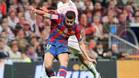 Pedro chuta ante la presencia de Arbeloa en el clásico de la temporada 2009-2010 que terminó con victoria del FC Barcelona (0-2)