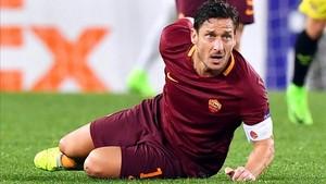 Totti aún no ha decidido si seguirá en el campo o en los despachos
