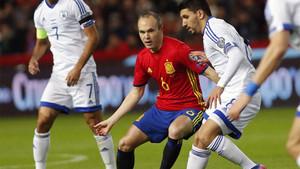 Andrés Iniesta, en una acción del España - Israel que se jugó en Gijón