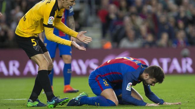 Piqué se lamenta de un penalti durante el Barça-Málaga de la Liga 2016/17