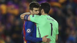 Gerard Piqué se abraza con Buffon