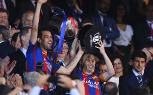 Iniesta y Busquets levantaron la Copa del Rey en el palco del Vicente Calderón