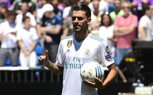 Dani Ceballos lució su nueva camiseta ante la afición del Real Madrid