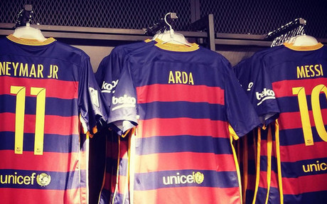 La camiseta de Arda junto a la de Neymar y Messi