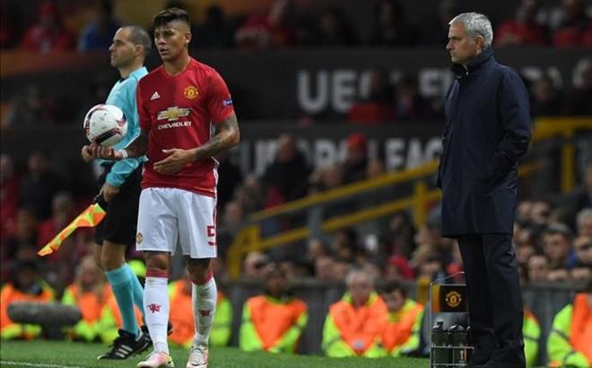 Marcos Rojo est� entre los defensas que no convencen a Mourinho.