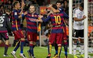 Neymar, Iniesta, Messi y Luis Suárez celebran uno de los goles del FC Barcelona frente al Valencia entre Ryan (izquierda) y Santos (derecha)