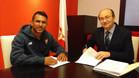 Walter Montoya, firmando su nuevo contrato como sevillista