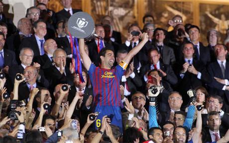 Xavi Hern�ndez levanta el t�tulo de la Copa del Rey 2011-12