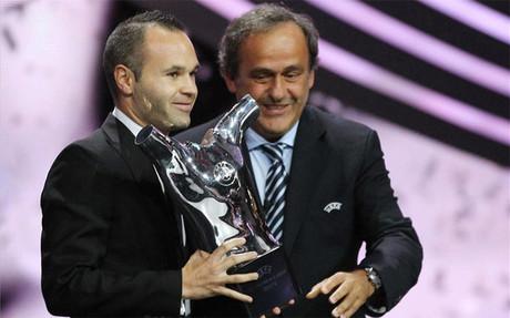 Iniesta recibió el galardón de las manos de Platini