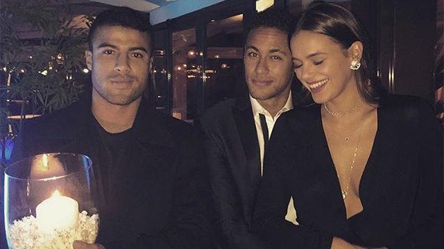 Bruna Marquezine besó a Neymar... mientras Rafinha aguantaba una vela