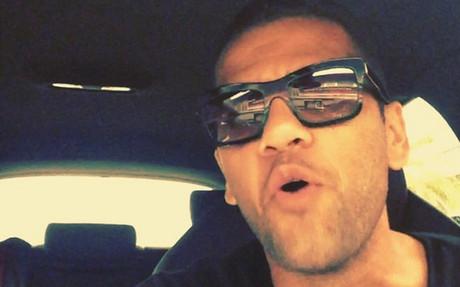 Alves muestra a menudo sus dotes musicales