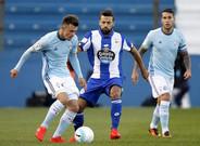 Bruno Gama, del Deportivo, disputa un bal�n con Dejan Drajic