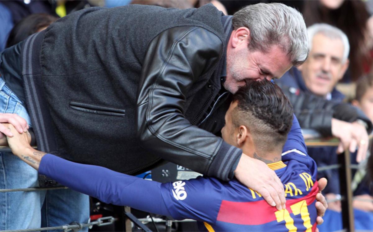 �A qui�n se abraz� Neymar antes del Villarreal-FC Barcelona?