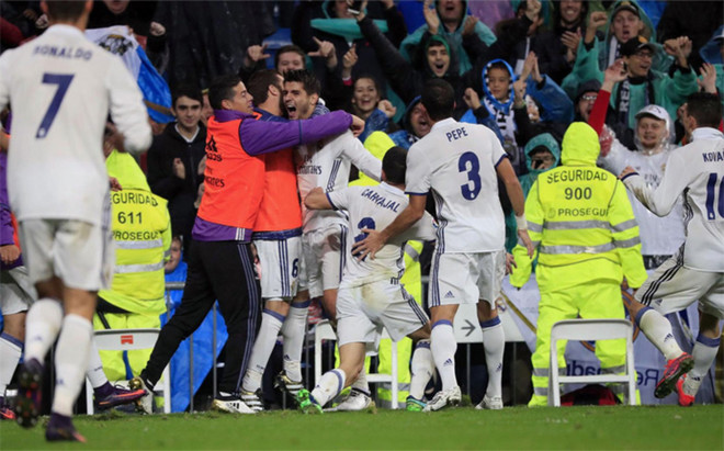 Morata celebra junto a sus compa�eros el gol del triunfo del Real Madrid sobre el Athletic (2-1)