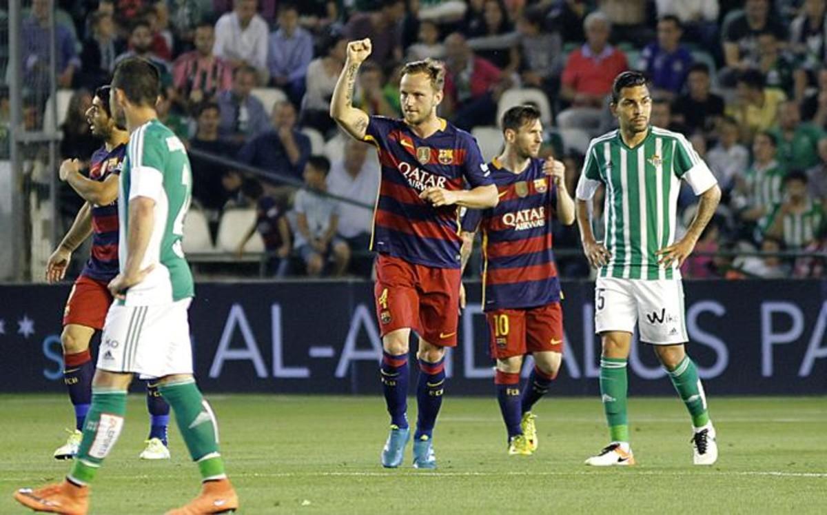 El Barça sobrevive al Villamarín y acelera hacia la Liga