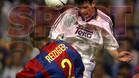 Reiziger trata de evitar un remate de Morientes en el clásico de la temporada 98/99. El partido terminó con empate a dos goles.