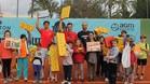David Ferrer y Alberto Berasategui posan con los niños que llevaron juguetes al CT Jávea