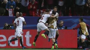Los jugadores del Sevilla celebran el 2-0 de Correa