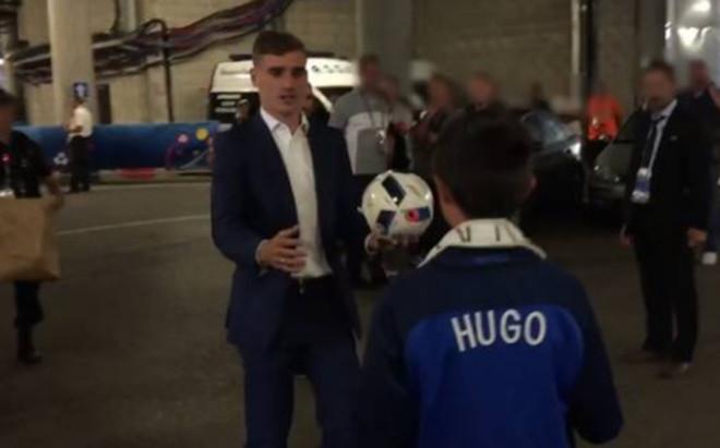 Griezmann regal� el bal�n a Hugo, hijo de los polic�as asesinados