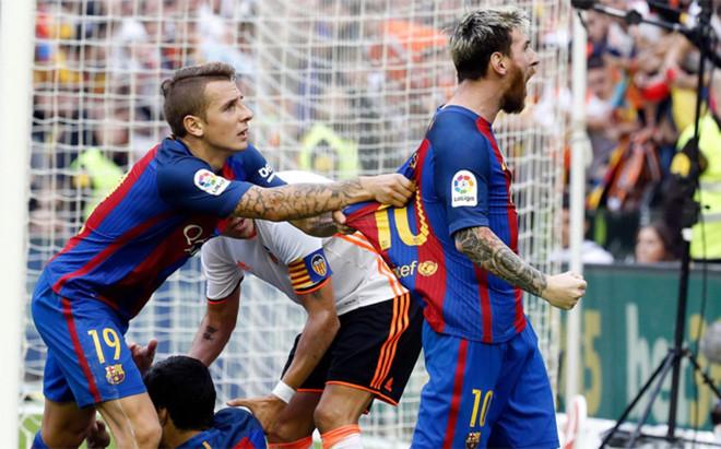 Leo Messi celebra el 2-3 del Valencia-Bar�a en Mestalla