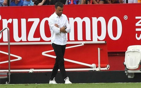 Luis Enrique, cabizbajo durante el partido ante el Sevilla