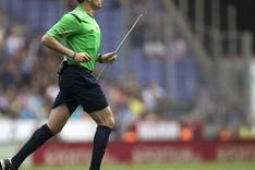 Mateu Lahoz retir� un palo que cay� sobre el c�sped del Power8 Stadium