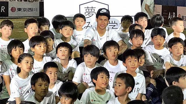 Neymar acudió a un clínic en Japón