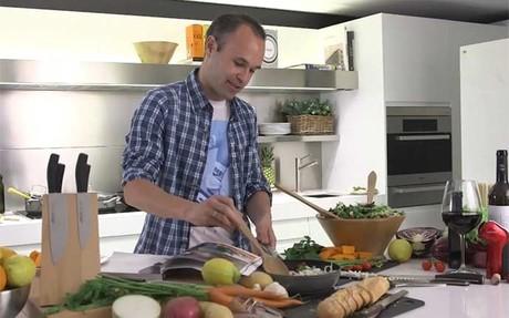Andr�s Iniesta, en acci�n en la cocina