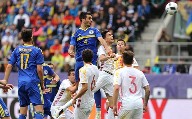 Bartra no estuvo contundente en la jugada del gol de Bosnia