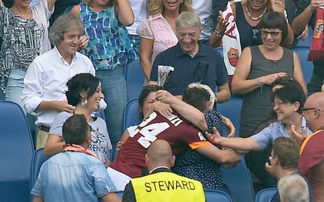 Florenzi celebr� su gol subiendo a la tribuna para besar a su abuela