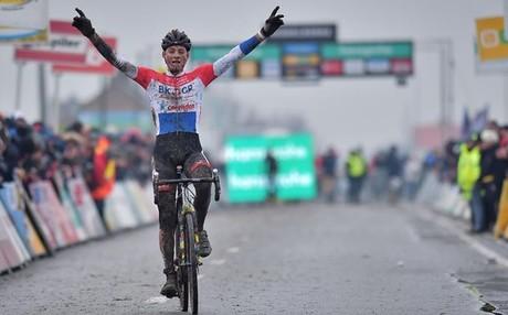 Van der Poel celebra su victoria en la �ltima prueba del Super Prestige