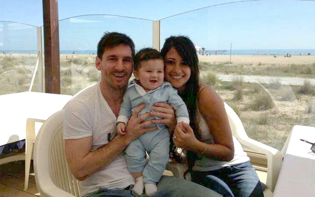 Messi pos  243  con Thiago   Foto  FACEBOOKLionel Messi Wife And Son