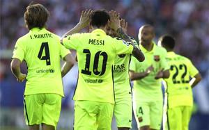 Leo Messi celebra con sus compañeros el gol que valió el triunfo y la Liga 2014-15 en el Atlético-Barcelona